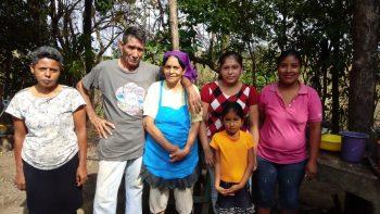 Familias cumplen tradición religiosa y pagan promesas por la salud y la vida y piden por la paz de Nicaragua
