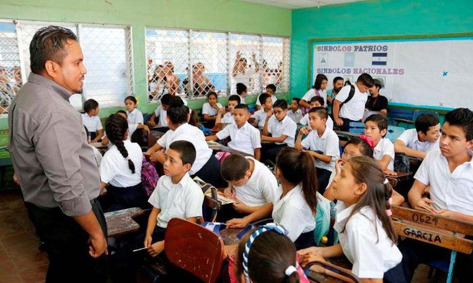 compañera rosario murillo entrega de bonos a docentes