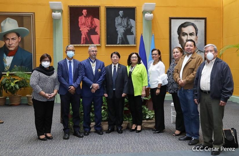 Canciller de Nicaragua condecora con Orden José de Marcoleta a representante de Unicef