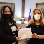 Embajadora de Nicaragua en Chile presenta copias de estilo