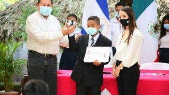 Entregan premios a estudiantes del concurso de poesía