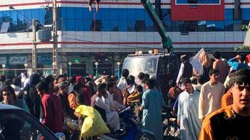 Cuatro secuestradores son colgados en público por los talibanes